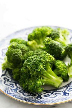 Simple tips for perfectly steamed broccoli! How to steam broccoli so that it stays vibrant green. So EASY and healthy! #vegan #paleo #glutenfree