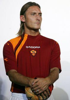 Siapa sih yang gak kenal Francesco Totti? Dia adalah legenda hidup AS Roma, dan berjulukan Pangeran Roma. #SMARTsport