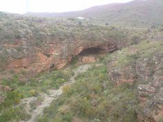 Cueva al lado del puente