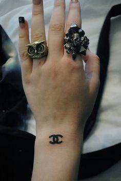 Always wear Chanel Dope Tattoos, Pretty Tattoos, Mini Tattoos, Body Art Tattoos, Tatoos, Chanel Tattoo, Chanel Logo, Coco Chanel, Piercing Tattoo
