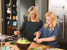 Kelly Clarkson and Trisha Yearwood make stuffed pork chops