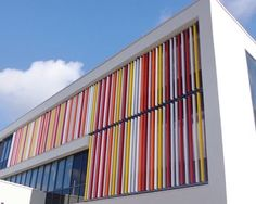 BRISE-SOLEIL ORIENTABLE Collège Milcendeau, CHALLANS (85) Architecte : Linéa Architecte Pose : Secom'Alu Lames de forme ovoïde type « aile d'avion » AS200x50. Lames orientables (en pose verticale avec lames debout).