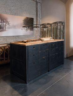 Matzwart keukeneiland landelijke stijl - Vurenhout met een oud eiken top - MaatwerkKitchen island - Heavyweight - Custom made - Firewood and old oak - #WoonTheater