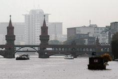 Nebel? Welcher Nebel? Lassen wir uns vom tristen Herbstwetter die Laune nicht trüben (Oberbaumbrücke)
