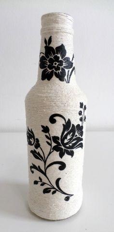 Garrafa decorada com barbante cru, decoupage flor. As garrafas podem ter algumas variações no tamanho e formato por serem material reciclado.