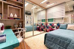 dormitório com armários planejados e espelho