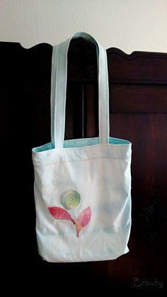 Modrá+nákupní+taška+Bavlněná+batikovaná+nákupní+taška+s+našitou+aplikací.+V+barvě+světle+modré.+Rozměr+:+šířka+38cm+x+délka+48cm+délka+uší+43cm+Uši+a+horní+část+tašky+je+vyšita+na+stroji.+Aplikace+je+z+batikovaného+manšestru.
