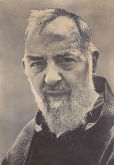 """""""Há pessoas tão tolas que pensam poder passar a vida sem o auxílio de Nossa Senhora!"""" (Padre Pio de Pietrelcina)"""