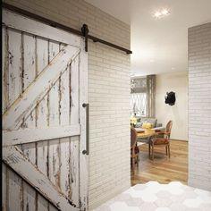 Белая амбарная дверь лофт в интерьере