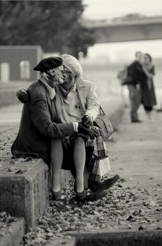 True love never grows old: 25 of the sweetest and most heart touching photos… Couples Âgés, Couples In Love, Mature Couples, Grow Old With Me, Growing Old Together, Never Grow Old, Lasting Love, Old Love, Young At Heart