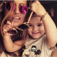 """""""Se ve que la pasan mal ¡eh! @lolaponce @erindiazponce"""", escribió Aarón Díaz en su cuenta de Instagram, el 4 de marzo de 2015. Consejo para Aarón y Lola: cómprenle gafas en la tienda de un dólar a Erin, las de diseñador no le van a durar ni para el arranque."""
