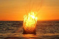 La luz de una puesta de sol atrapa el agua expulsada en el aire por una piedra arrojada al océano en White Rock, Columbia Británica. Rob Leslie presentó esta foto a la línea Tu comunidad Shot. Tomado con una cámara montada en trípode, editores seleccionan foto de Leslie como su Foto del día 8 de febrero (Foto por Rob Leslie / National Geographic)