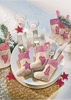 Aranyos zonik, melyek a karácsonyi evőeszközök tartására szolgálnak és nem hiányozhatnak egyetlen egy terített asztalról sem. Igazán szép karácsonyfa dísznek is. Részletekben gazdagon díszített. Vicky kockás szívekkel és csillagokkal. Felső anyag: Juta, pamut