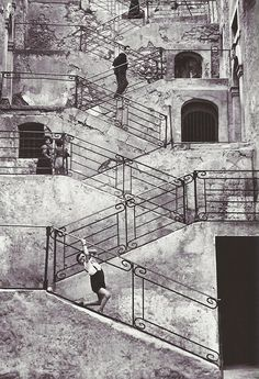 Escaliers dans les rues de Leonforte. Sicile. René Burri. 1956.