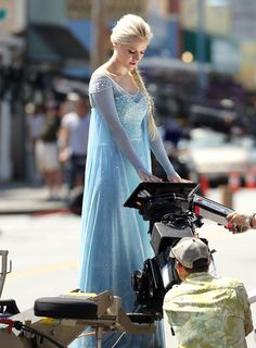 """First Photos Of Georgina Haig As Elsa From """"Frozen"""" On The Set Of """"Once Upon A Time"""""""