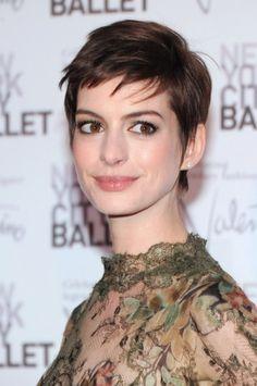 Anne Hathaway con capelli cortissimi