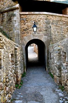 Architecture - The portal from between two paths. Le portail d'entre deux chemins. Villefranche de Conflent, France. ©Dorian Garnier