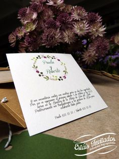 Invitación de boda en caja cuadrada de color kraft en www.estaisinvitados.es