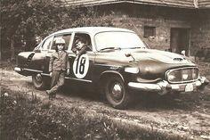 Fotogalerie: Na fotografii ze začátku 60. let je starší typ soutěžní tatry. Chlapec vlevo je... Vintage Cars, Antique Cars, All Cars, Soviet Union, Cars And Motorcycles, Motorbikes, Dream Cars, Classic Cars, Monster Trucks