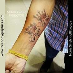 Mom Dad Crown Tattoo : - If you are looking for Mom Dad with crowns then, visit Zee Body Graphics for free consultation and designing ideas. Maa Paa Tattoo, Mom Dad Tattoos, Mom And Dad, Natural Hair Styles, Tattoo Designs, Dads, Crowns, Tatoos, Washington