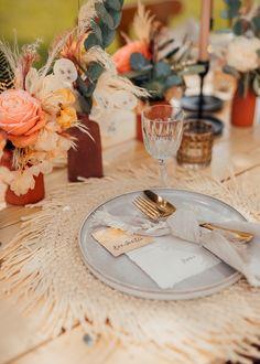 """Coole Boho-Hochzeitsdeko mit rustikalem Touch, dezenten geometrischen Formen und einem Hauch von Eleganz. Alle Ideen zu diesem außergewöhnlichen Weddingstyle """"Rustic Boho meets Spring Vibes: Stilvolle Gartenhochzeit"""" findet ihr im Hochzeitskiste Blog! #hochzeitskiste #hochzeitsblog #hochzeitsmagazin #weddingblog #hochzeitsideen #hochzeitstipps #tischdeko #hochzeitsdeko #vintagehochzeit #bohohochzeit #gartenhochzeit #tinywedding #intimatewedding #microwedding Table Decorations, Spring, Blog, Home Decor, Geometric Shapes, Crate, Rustic, Ideas, Decoration Home"""