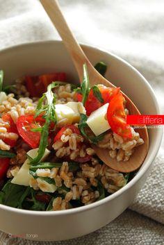 Insalata di farro con rucola, pomodorini e formaggio ✫♦๏💟☘‿SU Aug ‿❀🎄✫🍃🌹🍃❁`✿~⊱✿ღ~❥༺✿༻♛༺♡⊰~♥⛩ ⚘☮️❋ Salad Recipes, Diet Recipes, Vegetarian Recipes, Cooking Recipes, Healthy Recipes, Quinoa, Happy Foods, Eat Smart, Original Recipe