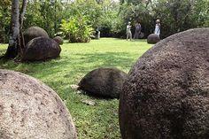Esferas da Costa Rica.   Descobertas na década de 30, são um mistério que até hoje permanecem sem explicação. E existem centenas delas, algumas são do tamanho de bolas de basebol e outras grandes quanto um carro. Essas pedras são quase perfeitamente esféricas e aparentemente foram esculpidas por mãos humanas. No entanto, ninguém sabe nem quem foram seus escultores, mas os arqueólogos estimam que as esferas tenham sido produzidas entre os anos de 600 e 1500 d.C. por alguma civilização…