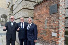 Bundestagspräsident Norbert Lammert (l.) mit Komorowski (M.) und Gauck an einem Backsteinmauerstück am Bundestag, das aus der Danziger Werft stammt: Es soll an die Verdienste Polens um Europas und Deutschlands Freiheit und Einheit erinnern