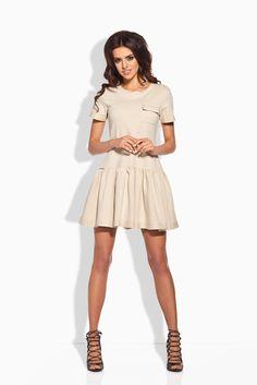 Sukienka o prostym kroju z falbanką u dołu. Sukienka wykonana z wysokiej jakości materiału. #modadamska #moda #sukienkikoktajlowe #sukienkiletnie #sukienka #suknia #sukienkiwieczorowe #sukienkinawesele #allettante.pl