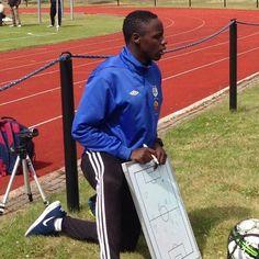 Jalkapalloa rakastavalle Jean Mushimiyimanalle harrastuksesta tuli työ. Hän opiskeli unelmiensa ammattiin oppisopimuksella. Lue lisää Jeanista ja inspiroidu. Linkki biossa. #oppisopimus #liikunnanohjaus #valmennus #jalkapallo