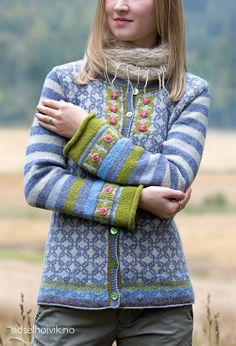 Rosenknopp kofte / Rosebud jacket Design: Sidsel J. Høivik / Yarnkit in my webshop Photo: Anne Helene Gjelstad Pattern in English, Dutch and Norwegian We ship to Europe, USA, Canada, Australia and New Zealand Punto Fair Isle, Tejido Fair Isle, Cardigan Long, Long Sleeve Sweater, Knit Cardigan, Casual Sweaters, Winter Sweaters, Cardigans, Casual Tops