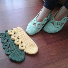 Very pretty design for crochet slippers.No parrern, just a picture of a yarn artist's work but they are so pretty I couldn't resist pinning!, Slipper ~can't find pattern though.A different way to assemble knitted / crocheted slippers. Crochet Slipper Boots, Crochet Slipper Pattern, Knitted Slippers, Slipper Socks, Love Crochet, Crochet Yarn, Crochet Stitches, Easy Knitting, Knitting Patterns