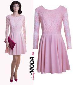 Krátke štýlové šaty s krajkou, v jemnom pastelovom odtieni ružovej - trendymoda.sk