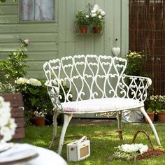 lovely vintage love seat, would be great on the patio or the porch.