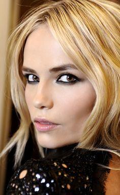 Un maquillaje ideal para la noche o para estas fechas navideñas. Enmarca tu mirada con el eye-liner bien definido.  ¿Quieres conocer más trucos o como maquillarte? Visita www.silviafoz.com