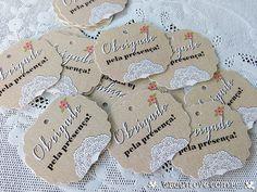"""Kit com 20 tags de agradecimento com recorte especial e impressão com textura de renda.  Perfeito para prender em lembrancinhas, cartões, presentes, etc. Os tags já são impressos com o texto """"Obrigado pela presença""""."""