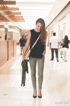 outfit valentino rockstuds Valentino Pumps, Valentino Rockstud, Lawyer Fashion, Cargo Pants, Colored Jeans, Lawyer Style, Attitude, Casual Outfits, Style Inspiration