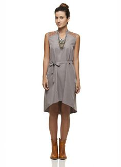 vestido cinza com bordados nos ombros - http://www.cashola.com.br/blog/moda/cantao-a-marca-das-mulheres-autenticas-e-despojadas-345