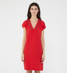 Robe courte et droite en crêpe fluide et galons en perles Ikks en rouge pour femme - Galeries Lafayette Streetwear, Short Sleeve Dresses, Dresses With Sleeves, Galeries Lafayette, Casual, Coaching, Fashion, Urban Fashion, Neckline