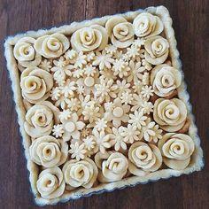 Roses and daisies pie Apple Pie Crust, Baked Pie Crust, Pie Crusts, Creative Pie Crust, Easter Pie, Happy Easter, Birthday Pies, Pie Crust Designs, Pie Decoration