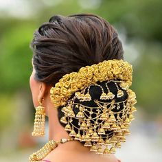 7 Quirky Wedding Hair Brooch Designs For The Perfect Bridal Look Wedding Hair Brooch, Bridal Hairstyle Indian Wedding, Bridal Hair Buns, Bridal Hairdo, Indian Bridal Hairstyles, Bride Hairstyles, Headband Hairstyles, Wedding Updo, Hairstyle Ideas