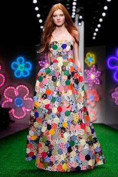 """Jasper Conran presentó su nueva colección Spring / Summer 2013 en la Fashion Week de Londres donde incluía un vestido como este, utilizando la técnica de patchwork popularmente conocida como """"El jardín de la abuela""""."""