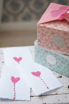 """Vielä on viimeiset hetket käsillä askarrella itse ystävänpäiväkortit. Kokeiltiin tehdä sormiväreillä erilaisia kortteja ja näistä """"ilmapallo""""- korteista tuli suosikit."""