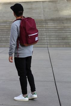 Men's Street Style The classic Herschel backpack is a hero piece and easy to style up with a snapback and relaxed jeans The Idle Man Stan Smith Style, Stan Smith Men, Adidas Stan Smith Outfit, Sport Fashion, Mens Fashion, Fashion Tips, Outfits Hombre, Poses, Swagg