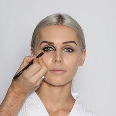 Step 5: Augenkontur I  Mit einem schwarzen, weichen Konturenstift die Augenkontur und den Bogen am inneren Augenwinkel zeichnen. Auf die Symmetrie achten!