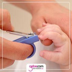 Bebeğinizin tırnaklarını kesmek sizi korkutmasın! Bebeğinizin tırnağını kesmek için öncelikle ona uygun bir tırnak makası edinmelisiniz. Banyodan sonra yumuşamış tırnakların kesilmesi daha kolay olacaktır. Ayrıca bebeğinizin ellerini tutması için bir kişiye daha ihtiyacınız olabilir. :)