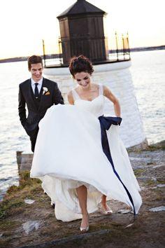"""Pin for Later: 23 süße Ideen, """"etwas Blaues"""" an eurem Hochzeitstag zu tragen Eine elegante, blaue Schleife an der Taille Foto von Adeline & Grace Photography via Style Me Pretty"""