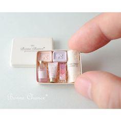2017 May. Miniature parfum box♡ ♡ By Bonne Chance Miniature Crafts, Miniature Food, Miniature Dolls, Diy Dollhouse, Dollhouse Miniatures, Accessoires Barbie, Mini Makeup, Mini Craft, Small Mirrors
