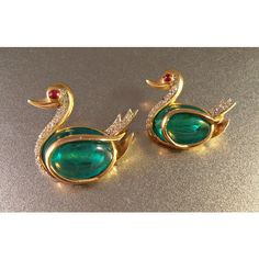 Trifari Flawed Emerald Rhinestone Swan Brooch Pair, Gripoix Glass, Alfred Philippe Jewels of India Jewelry Design Earrings, Gold Earrings Designs, Gold Jewellery Design, Beaded Jewelry Designs, Rhinestone Jewelry, Jad, Gold Ring Designs, Gold Jewelry Simple, Jewelry Model