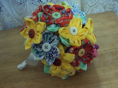 Buquê de flores de fuxico feita em tecido de algodão nas cores variadas com 26 unidades. R$66,00
